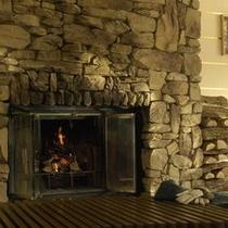 フロントロビーにてお客様をお迎えする、暖かな炎の暖炉