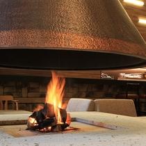 ラウンジ『danro』では暖かな薪の日の揺らめきを楽しめます
