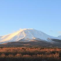 初冬 紅葉と白く染まる浅間山のコントラスト