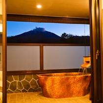 テラス露天プレミアムスーペリアツインは源泉掛け流しの美肌の湯を浅間山の眺望と共に楽しめます テラス露
