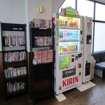 自販機、レンタルコミックとDVDのコーナー