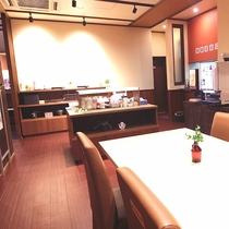 カウンター席とテーブル席を設置した落ち着いた雰囲気の朝食会場