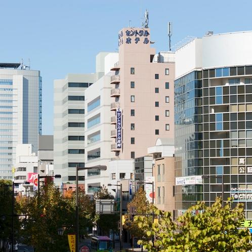 高崎駅西口を出ると目の前にホテルが見えます