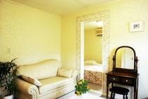 あみ本館洋室202号室のリビングルームから見たベッドルーム
