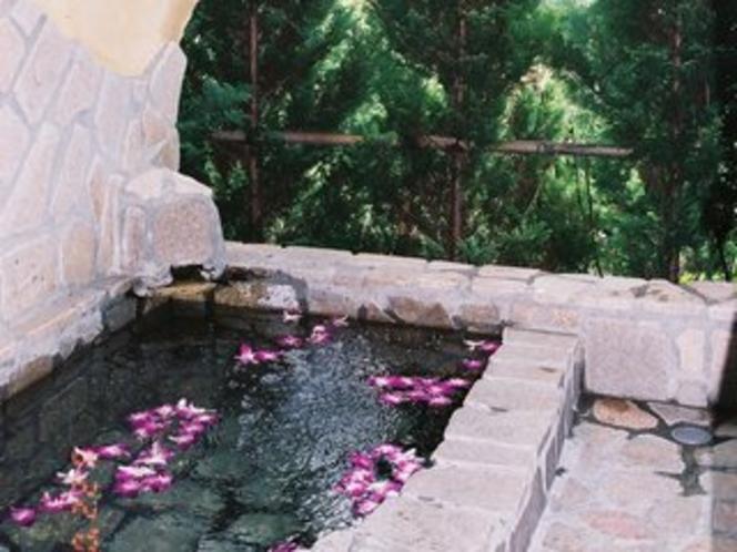 フラワーバス(客室露天風呂に浮かべたランの花)