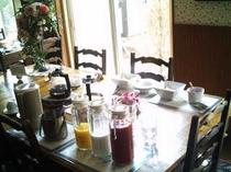 ダイニングルームでの朝食
