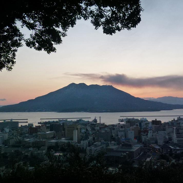 日の出を待つ鹿児島市街         (城山展望台より望む)