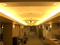 ホテルロビー・・・ロビーはもちろん、廊下に至るまで広々とした空間でおくつろぎいただけます。