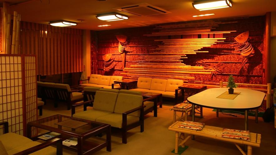 ロビー_佐渡の工芸家 本間一秋氏による竹の壁面。当館の自慢です。