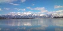 雪を抱いた冬の大佐渡山脈が、加茂湖に美しく映る姿がご覧いただけます