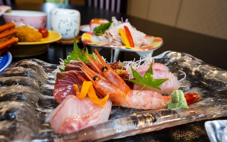 お食事は、新鮮な魚介中心の和会席