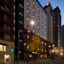 <外観>Route412に面したホテルは、地下鉄『六本木駅』から徒歩1分
