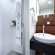 <バスルーム・新館>最新の多機能シャワーパネルを採用した、プレミアムバスルーム