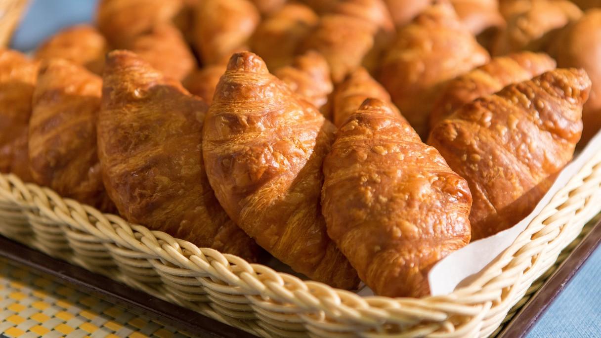 クロワッサン 他にショコラ・レザン・バター・ミルク・塩パンの計6種類を提供