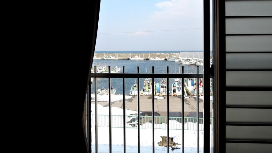 *客室からの眺め/鹿部漁港と、その先に広がる太平洋を眺められます。