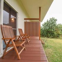 *【ラウンジテラス】椅子に腰かけて、四季折々に違う表情を見せる景色を存分に味わって。
