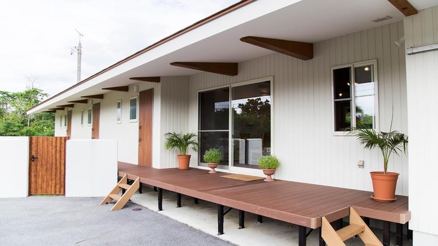*客室のラウンジデッキ/お庭が見渡せるプライベートデッキです。