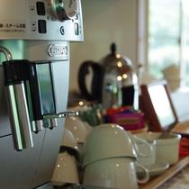 *ラウンジにあるコーヒーメーカー 挽きたてのコーヒー、紅茶、緑茶、ハーブティーは無料です。