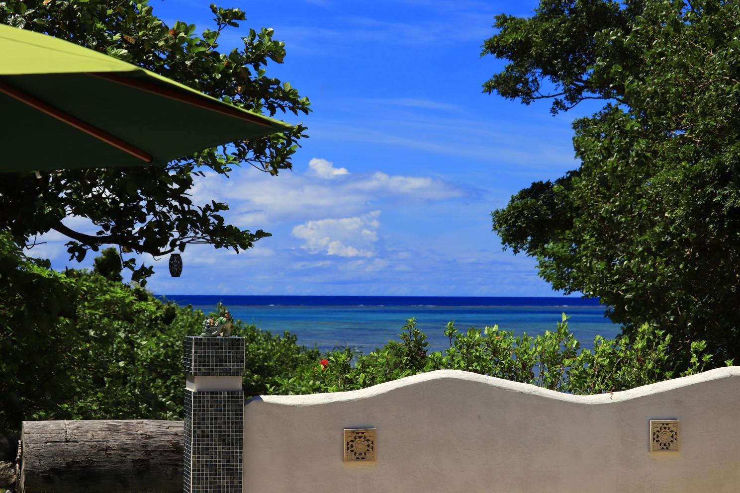 ガーデンプールから眺める海