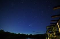 テラスから天の川とネオワイズ彗星