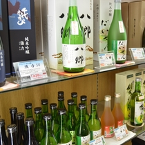 【*売店】地酒も豊富にそろえております。お土産にどうぞ。