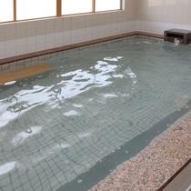 温かな湯で日頃の疲れを癒してください。