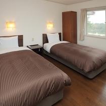 シモンズのベッドで快適にお休みください。グレードアップコテージのお部屋になります。