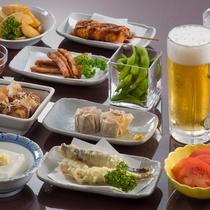 串かつや枝豆、ポテトフライなど10種の選べるおつまみに飲み放題付き!