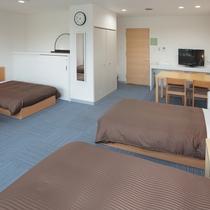 2016年2月にリニューアルした4名用客室。最大6名(ベッド4、エキストラベッド2)までご宿泊可。