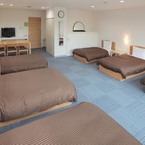2016年2月にリニューアルした6名用客室。最大8名(ベッド6、エキストラベッド2)までご宿泊可。