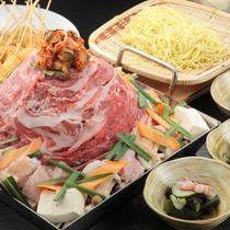 ちりとりのような四角いステンレス製の鉄板で、牛肉・豚肉・鶏肉野菜と一緒に味噌ダレでぐつぐつ煮込む関西