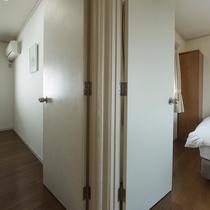 コテージの寝室はツインベッドのお部屋。複数のお部屋がございますので、グループにも最適。