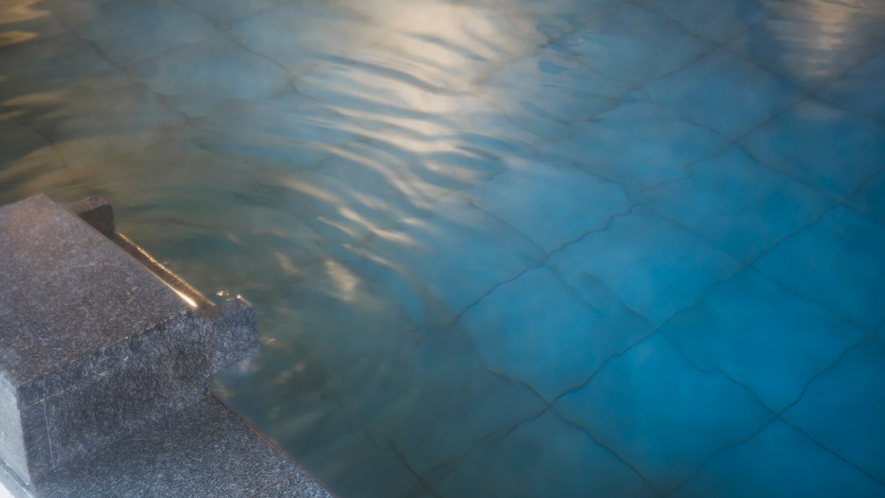【平成モダン風呂 Relax21】無色透明の湯の川温泉。湯冷めがしにくいと言われています。