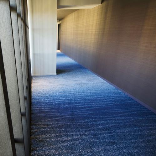 【客室フロア】カーペットは海をイメージ。階層が低いほどさざ波が増えるデザインです。