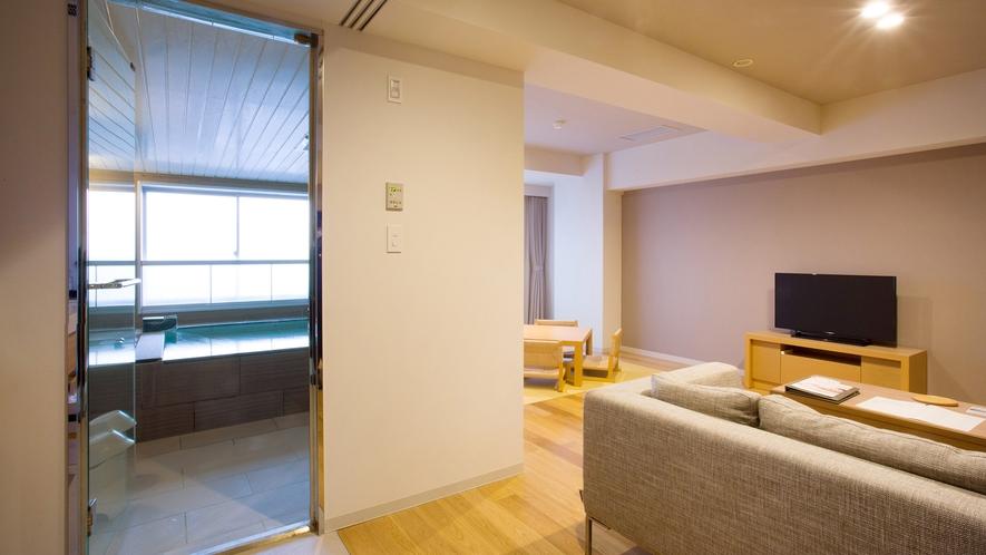 【展望風呂付き平成モダン 和洋室】陽光が部屋全体に行き渡るワンルームのような造り。客室温泉を存分にお