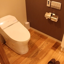 【客室トイレ】清潔感のある客室トイレ。広々と快適なスペースを確保しております。