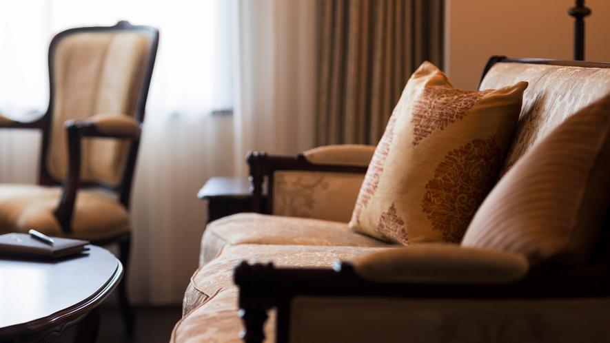 【大正ロマンルーム】艶やかで質感のあるソファがより高級感を引き立てます。