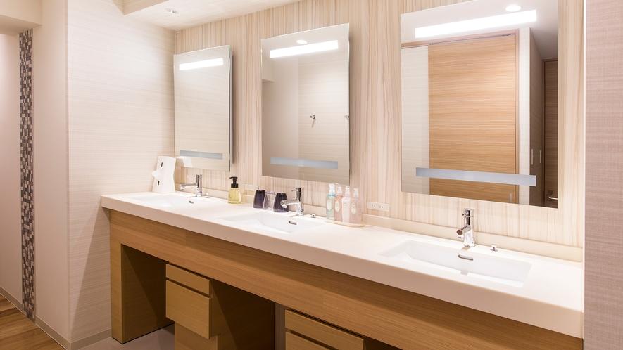【レディースルーム】3台備えた洗面所では、順番を待つことなくスムーズに身支度して頂けます。