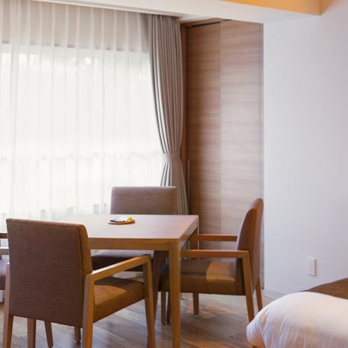 【平成モダン ツインルーム】ソファのほか、テーブルセットでもお寛ぎのひとときを。