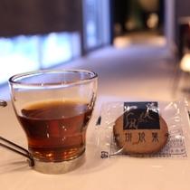 【ウェルカムドリンク】ホット紅茶と函館の老舗・美鈴珈琲クッキーをお楽しみ下さい。