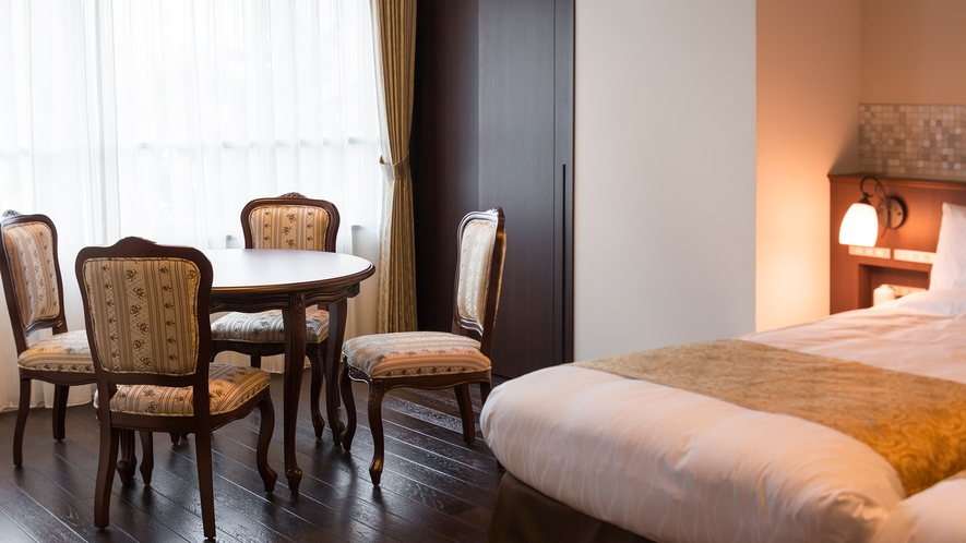 【大正ロマン ツインルーム】ご到着後のティータイムやお休み前のご歓談はぜひこちらで。