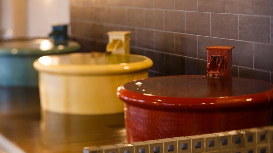 【平成モダン風呂 Relax21】3つのカラフルな浴槽はこじんまりとしたお一人様サイズ。