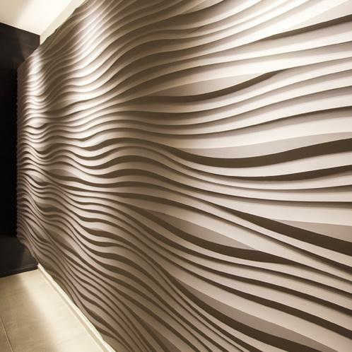 【エレベーター前】シンプルな内装に映える波のモチーフ。