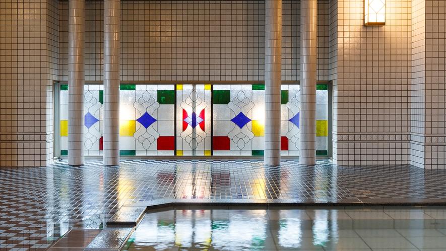【大正ロマン風呂 夢乃湯】ステンドグラスの細工を施した窓。