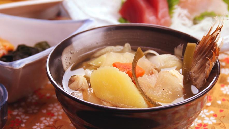 魚の出汁と脂が溶け込んだアラ汁は、ごろごろ野菜に旨みが染み込んだ食べごたえのある一品