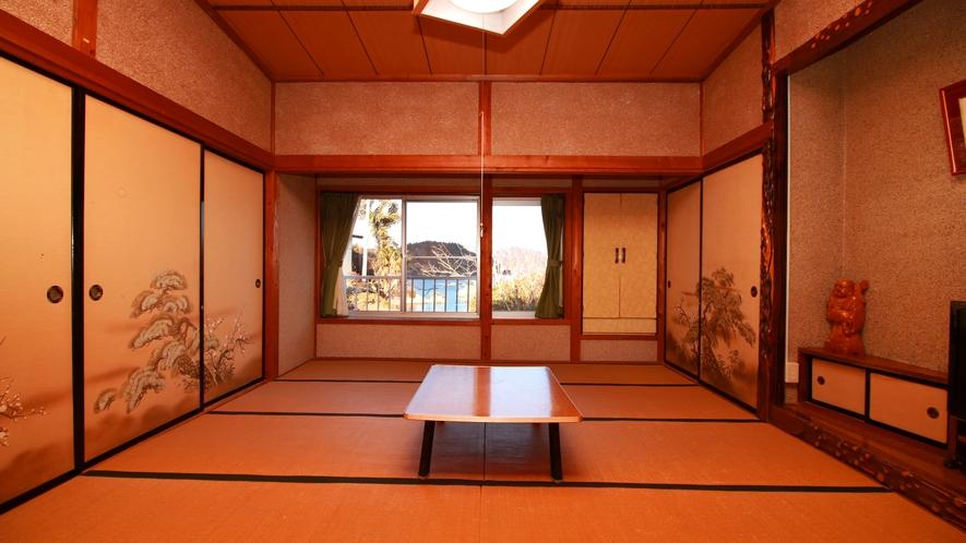 【客室一例】古いタイプの和室となりますが、様々な広さのお部屋があり、人数に合わせてゆったりご利用いた