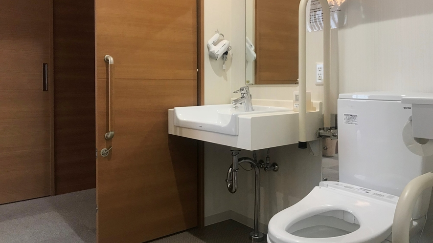 *デラックスルーム一例/洗面所は車椅子でも利用しやすい広い作りです。