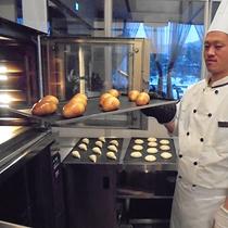 *ホテルメイドのパン/焼き上がりは7:30、8:00、8:30の3回に分け、サクサクのお手製パン!