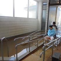 *車椅子のまま温泉へ/全ての浴槽に浴室専用の車椅子でご入浴いただけます