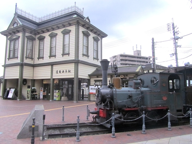 【坊ちゃん列車と道後温泉駅】